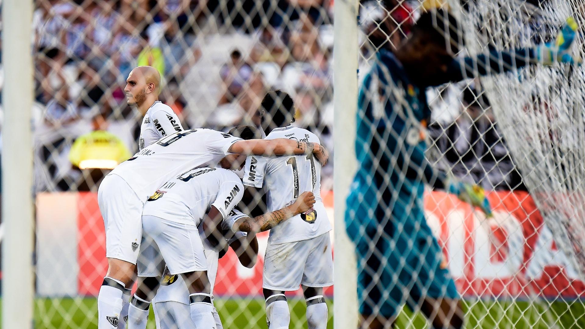 Jogadores do Atlético-MG comemoram o gol de Luan contra o Botafogo