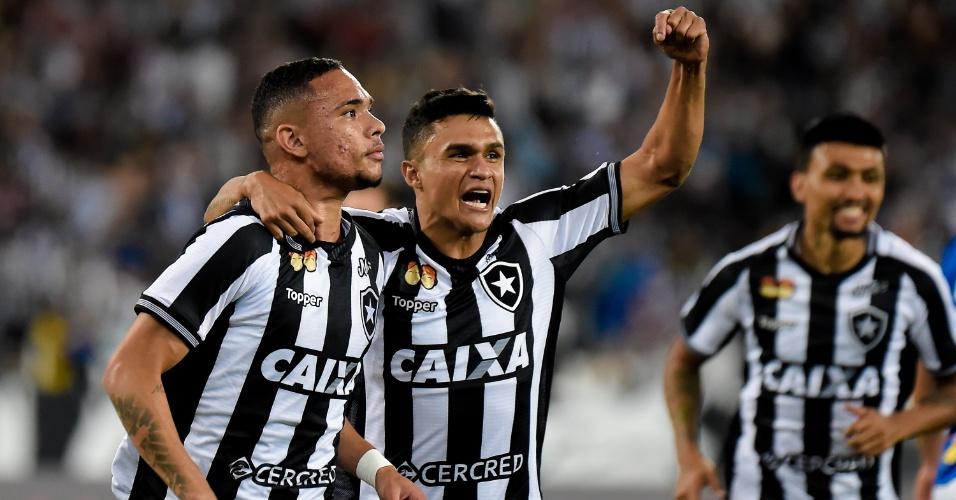 Luiz Fernando comemora gol do Botafogo contra o Cruzeiro