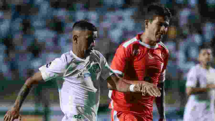Derlis Gonzalez, do Santos, carrega a bola em jogo contra o América-RN - Marcello Zambrana/AGIF