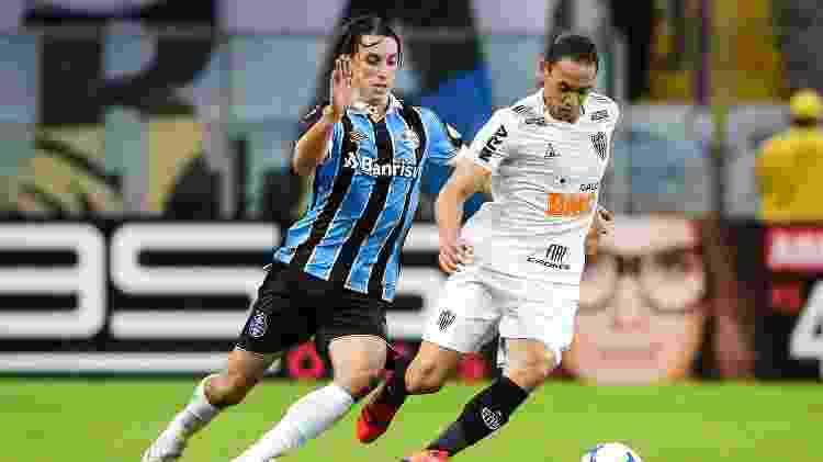 Ricardo Oliveira e Geromel disputam bola durante Grêmio x Atlético-MG - Pedro H. Tesch/AGIF - Pedro H. Tesch/AGIF