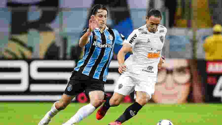 Ricardo Oliveira e Geromel disputam bola durante Grêmio x Atlético-MG - Pedro H. Tesch/AGIF
