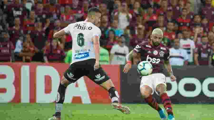 Gabigol chuta por cobertura para marcar o gol da vitória do Flamengo sobre o Santos - Alexandre Vidal / Flamengo