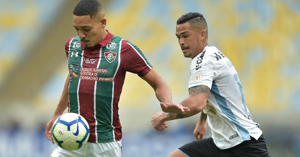 Gilberto, jogador do Fluminense, disputa lance com Luciano, do Grêmio, durante partida pelo Campeonato Brasileiro