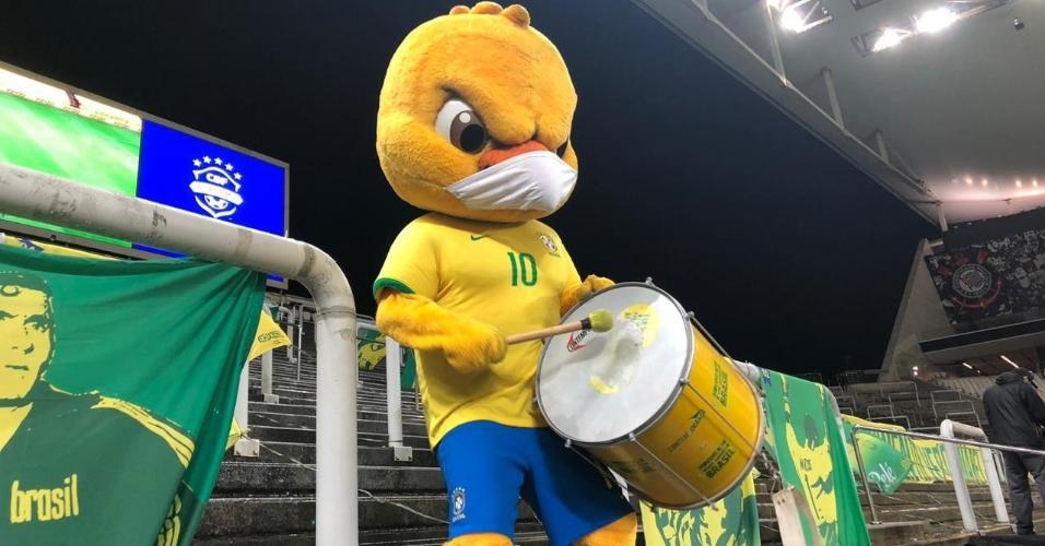 Canarinho Pistola na torcida pela seleção brasileira na partida contra a Bolívia, pelas Eliminatórias