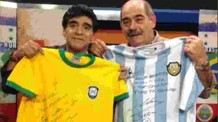 """Rivellino (d) autografou camisa de Maradona em encontro em 2014: """"Para meu maestro de toda a vida. O maior"""" - Reprodução"""