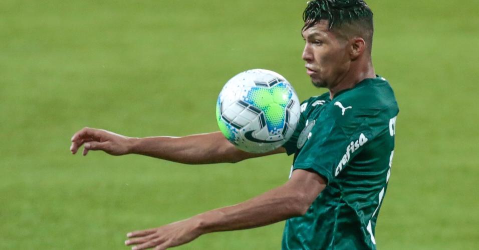 Rony, jogador do Palmeiras, domina a bola na partida contra o Grêmio, pelo Brasileirão