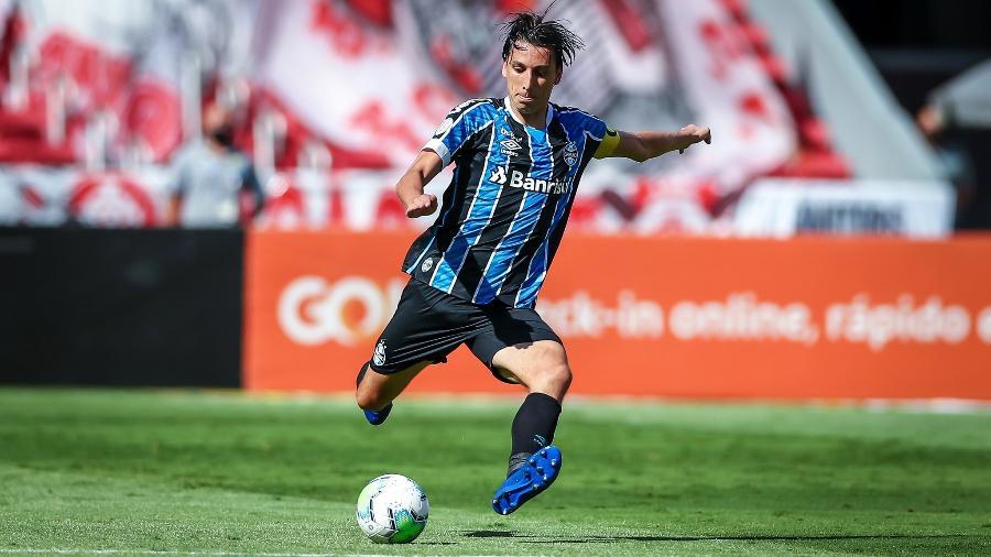 Pedro Geromel tenta jogada em clássico Gre-Nal no qual se lesionou - Lucas Uebel/Grêmio
