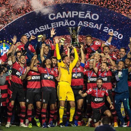 25.fev.2020 Jogadores de Flamengo levantam a taça de campeão brasileiro de 2020 - no Morumbi - Pedro Martins/UOL