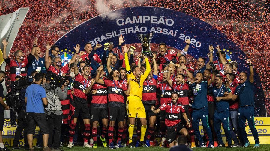 No Morumbi, jogadores de Flamengo levantam a taça de campeão brasileiro de 2020 após jogo contra o São Paulo - Pedro Martins/UOL