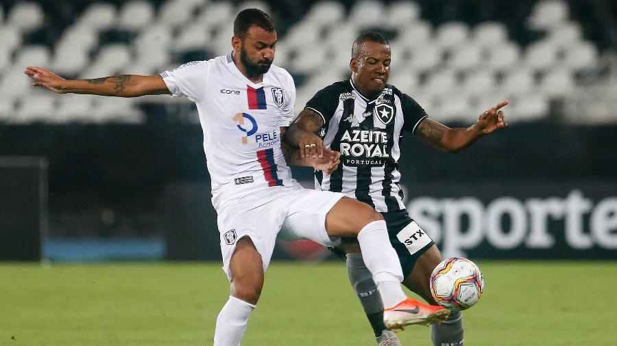 Guilherme Santos, do Botafogo, disputa bola em jogo com o Resende, pelo Carioca 2020 - Vitor Silva/Botafogo