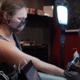 Ronda Rousey faz tatuagem em homenagem a suas vitórias no MMA; assista