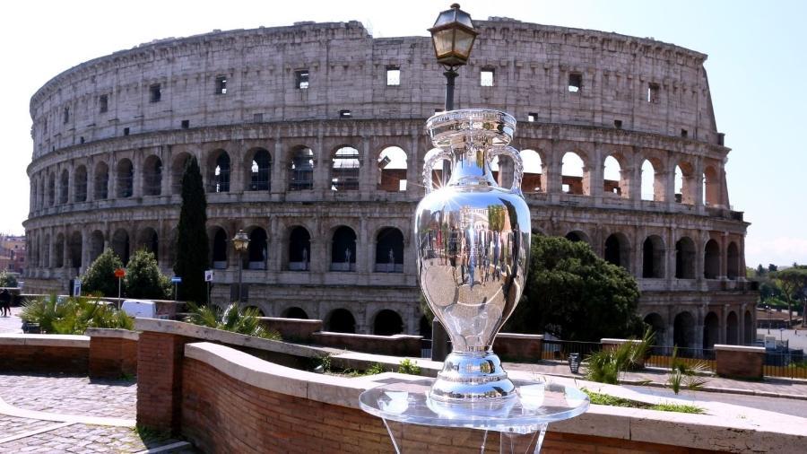 Taça da Eurocopa em frente ao Coliseu, em Roma, na Itália - Reprodução