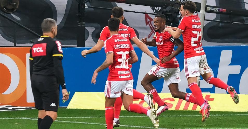 Jogadores do Inter comemoram gol de Edenílson contra o Corinthians
