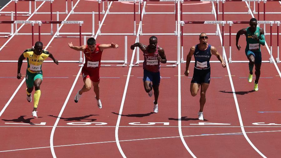 Gabriel Constantino (direita) na semifinal dos 110m com barreiras masculino - Giuseppe CACACE / AFP