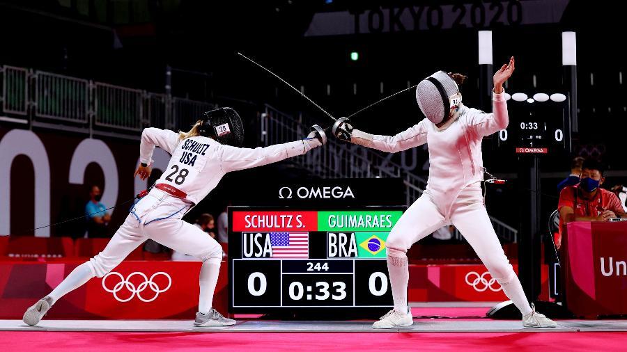 Brasileira Ieda Guimarães, à direita, em ação na esgrima do pentatlo moderno das Olimpíadas de Tóquio contra Samantha Schultz  - Stoyan Nenov/Reuters