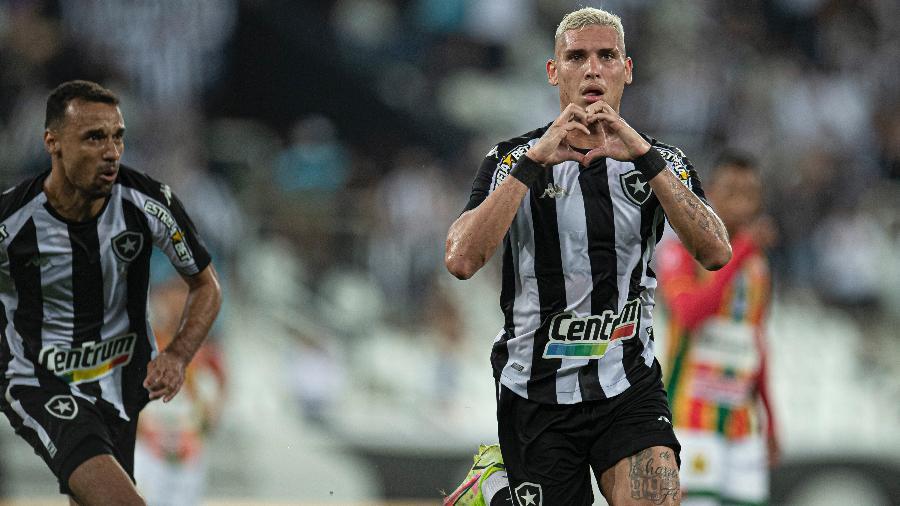 Rafael Navarro celebra após marcar para o Botafogo no jogo contra o Sampaio Corrêa, no estádio Nílton Santos, pela Série B - Jorge Rodrigues/Jorge Rodrigues/AGIF