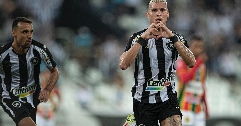 Rafael Navarro celebra após marcar para o Botafogo no jogo contra o Sampaio Corrêa, no estádio Nílton Santos, pela Série B