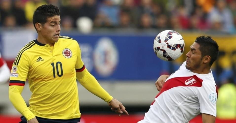 James Rodríguez disputa bola com Joel Sanchez no jogo entre Colômbia e Peru na última rodada do grupo C da Copa América