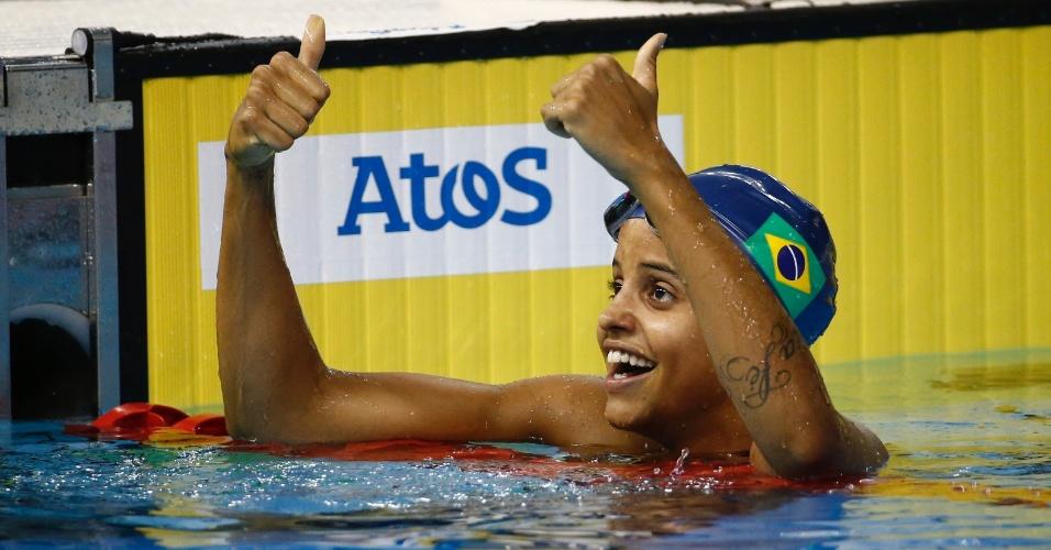 Etiene Medeiros comemora a vitória nos 100m costas da natação