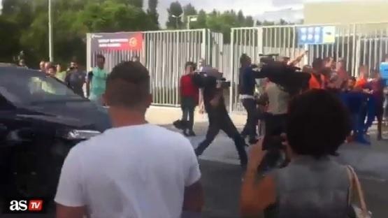 Suárez quase atropela cinegrafista que tentava filmar Lionel Messi