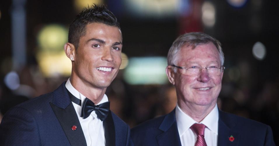 Cristiano Ronaldo posa ao lado de Alex Ferguson, que foi seu treinador no Manchester United