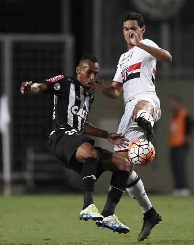 Ganso é marcado por Eduardo durante jogo do São Paulo contra o Atlético-MG na Libertadores