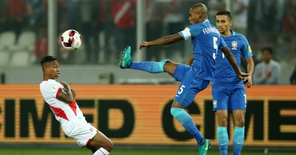 Fernandinho afasta o perigo e mostra a sola da chuteira no jogo do Brasil contra o Peru pelas Eliminatórias