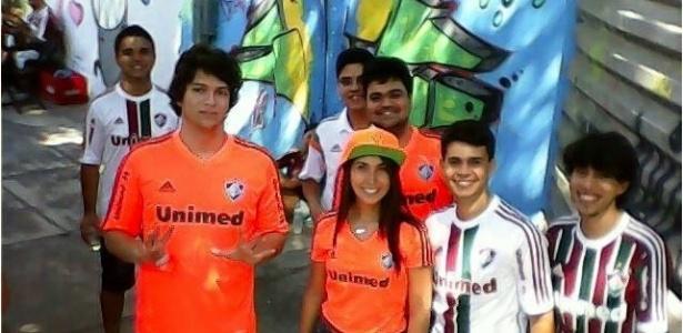 Pedro (de laranja e em primeiro plano) foi espancado na Tijuca
