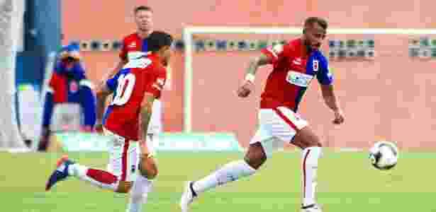 Alex Santana (d) pode voltar ao Paraná após faltar treino e ser afastado pelo Inter - Robson Mafra/AI Paraná Clube