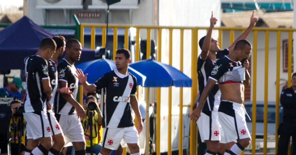 Zagueiro Rafael Marques levanta as mãos para comemorar seu gol pelo Vasco