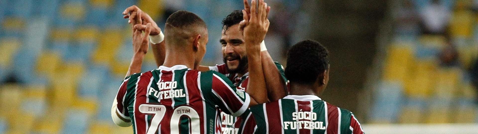 Richarlison comemora gol do Fluminense abraçando Henrique Dourado
