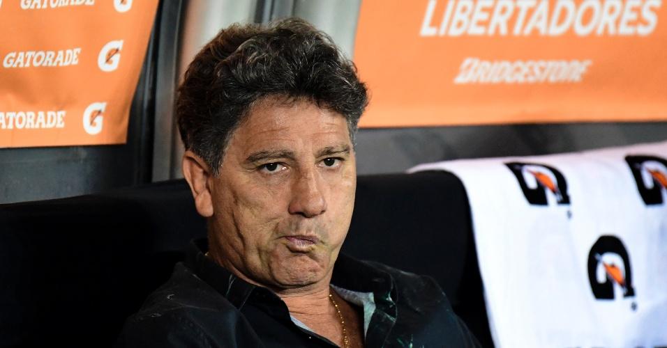 O técnico Renato Gaúcho orienta o GrÊmio em jogo contra o Botafogo