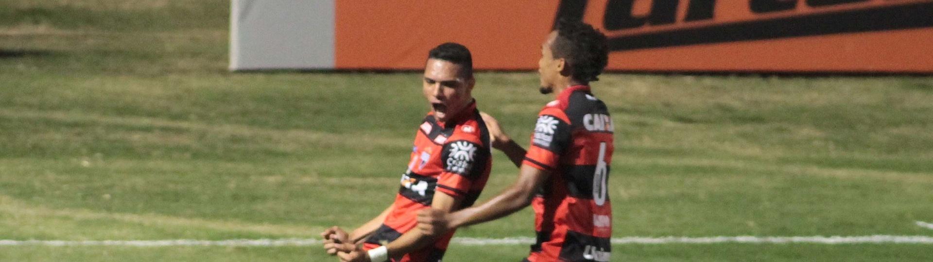 Luiz Fernando marcou na vitória do Atlético-GO contra a Ponte Preta