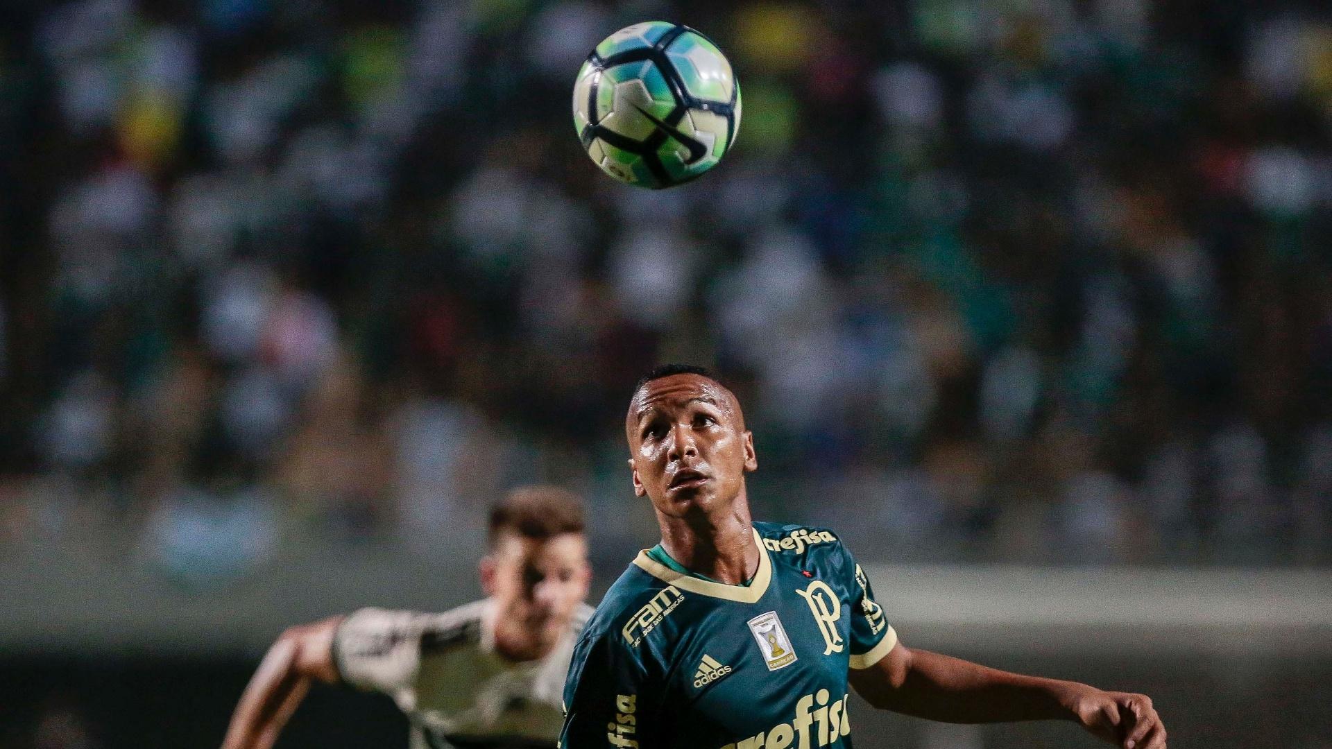 Deyverson observa a bola na vitória do Palmeiras sobre o Coritiba
