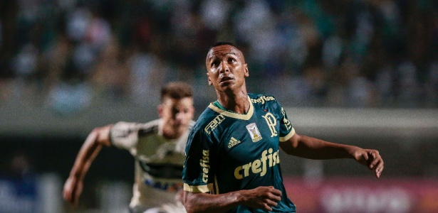 Deyverson durante a vitória do Palmeiras sobre o Coritiba