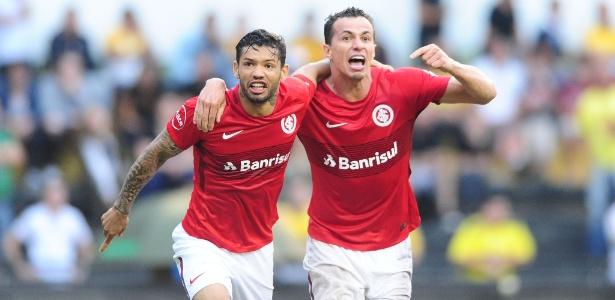 Carlos (e) voltará ao Atlético-MG após uma temporada emprestado ao Internacional