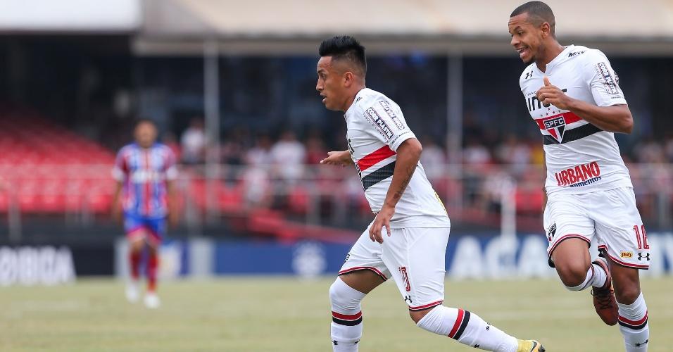 Christian Cueva e Edimar em ação pelo São Paulo contra o Bahia