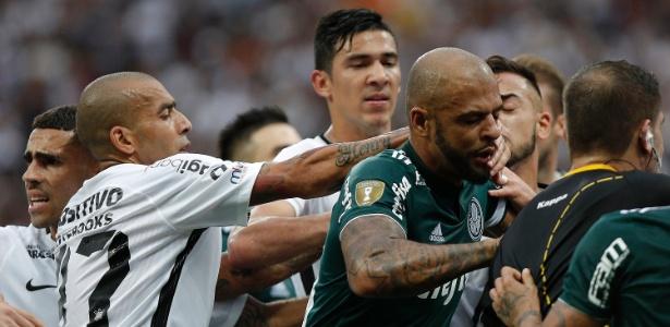 Confusão entre Felipe Melo e Clayson ocorreu no fim do primeiro tempo na Arena Corinthians