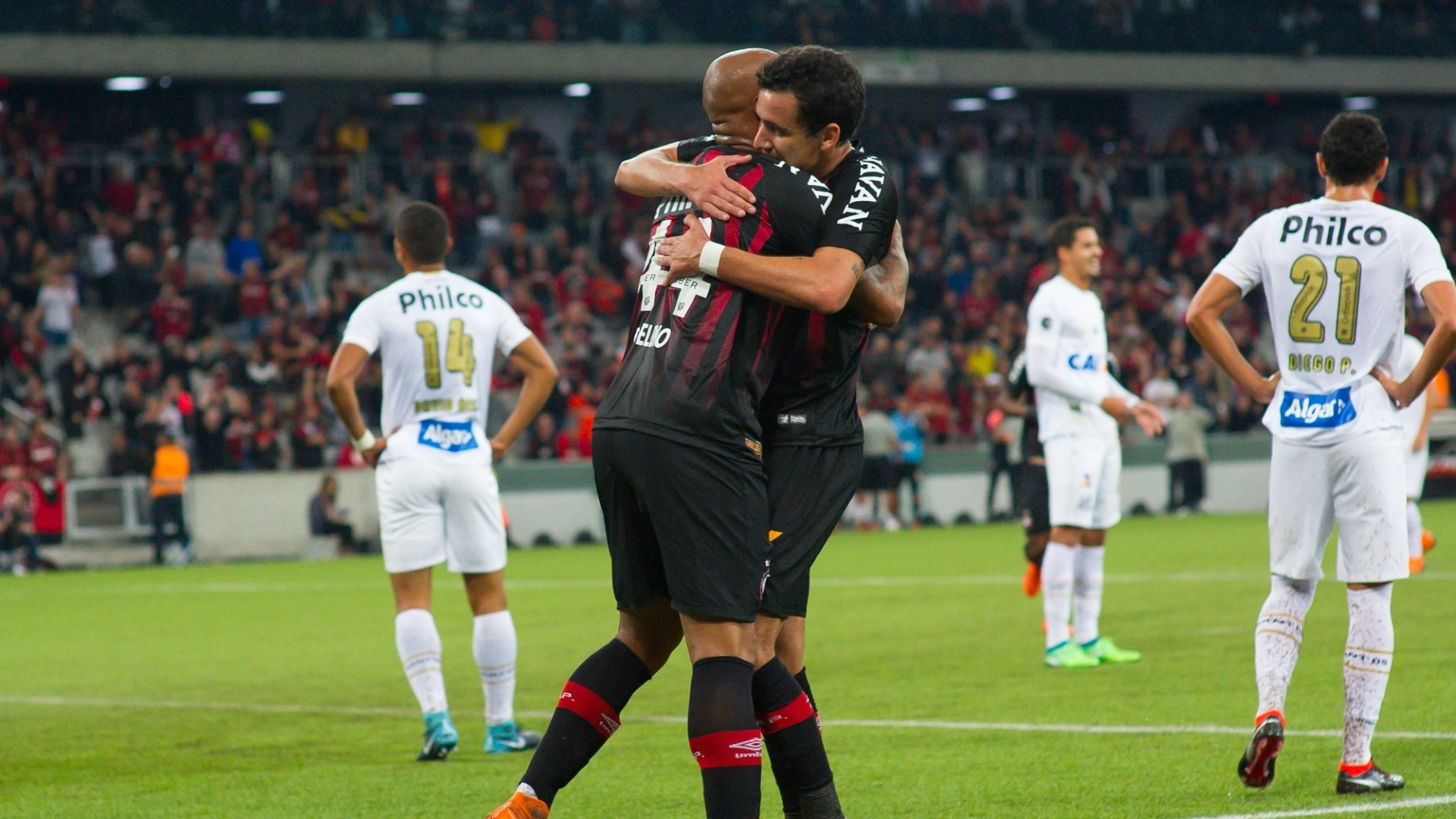 Jogadores do Atlético-PR comemoram gol de Thiago Heleno contra o Santos