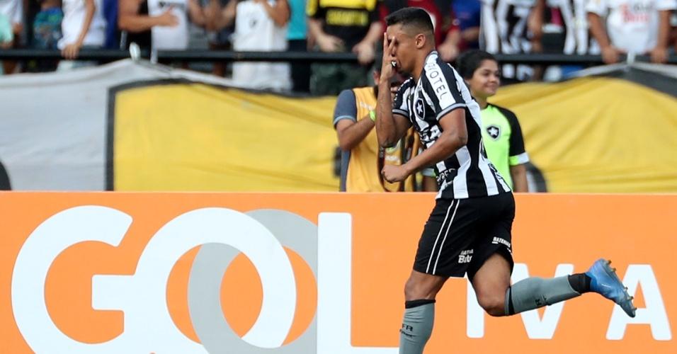 Erik comemora o gol do Botafogo sobre o Internacional no Nilton Santos