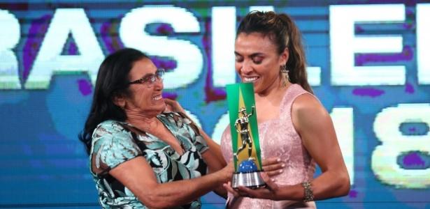 1cc45553b84ca CBF homenageia Marta  Santos e Corinthians lideram premiação feminina