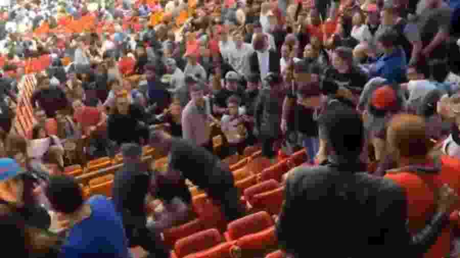 Policiais abordam Adián Mato durante partida da NBA - Reprodução/Marca