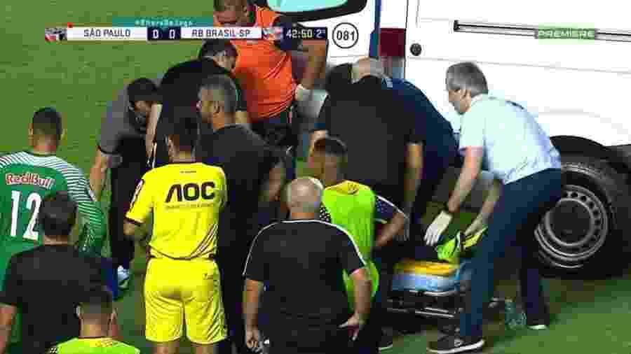 Jogador do Red Bull se choca com são-paulino e deixa estádio de ambulância - Reprodução/Premiere