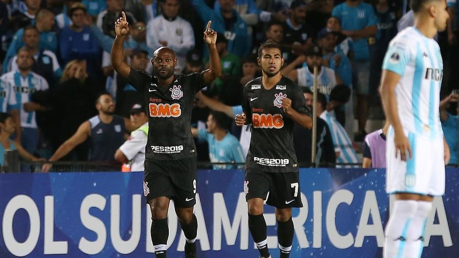 Vagner Love comemora gol de empate do Corinthians contra o Racing aos cinco minutos do segundo tempo - REUTERS/Agustin Marcarian