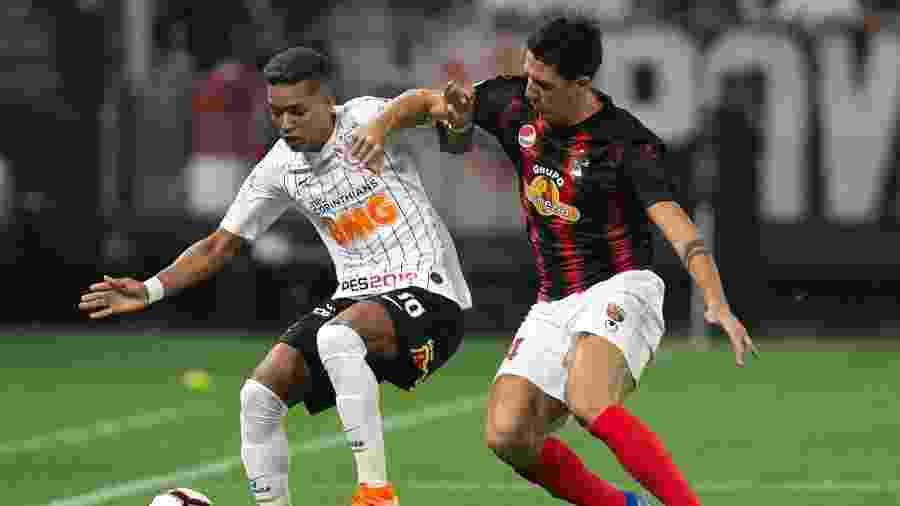 Pedrinho disputa bola com o defensor do Deportivo Lara, pela Copa Sul-Americana - Daniel Vorley/AGIF