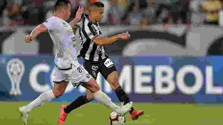 Cícero é marcado de perto na partida entre Botafogo e Sol de América pela Copa Sul-Americana - Thiago Ribeiro/AGIF - Thiago Ribeiro/AGIF