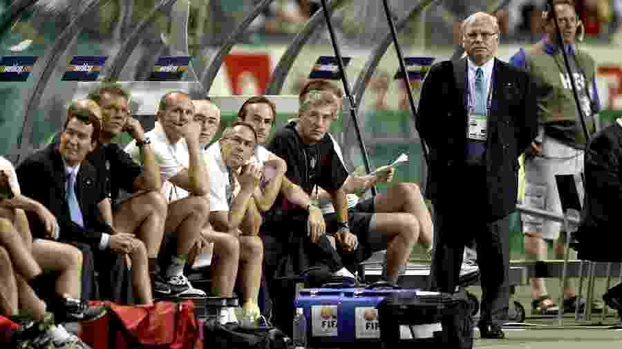 Eliminado pelo Brasil em 2002, Robert Waseige (em pé) encerrou a carreira como treinador no Molenbeek Brussels, em 2005 - Tim de Waele/Corbis via Getty Images