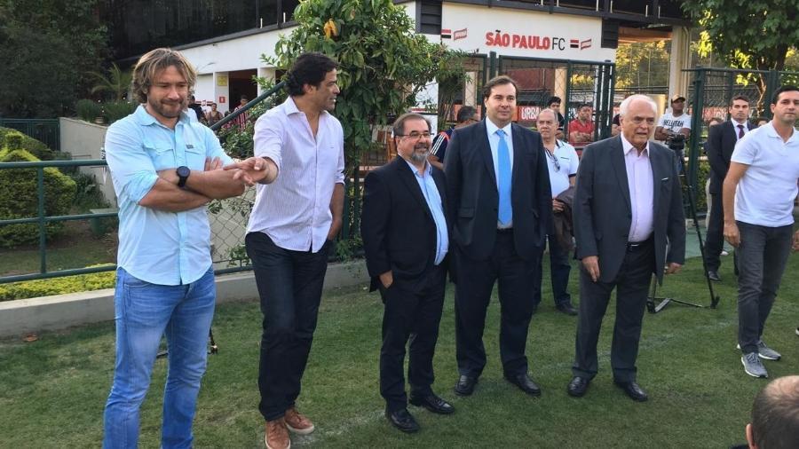 Rodrigo Maia acompanha o treino do São Paulo ao lado de Lugano, Raí, Marco Aurélio Cunha e Leco - José Eduardo Martins/UOL