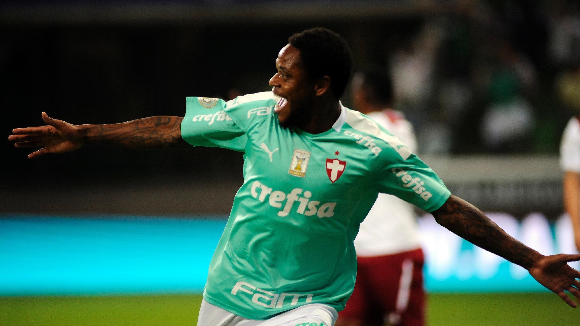 Luiz Adriano comemora gol do Palmeiras contra o Fluminense