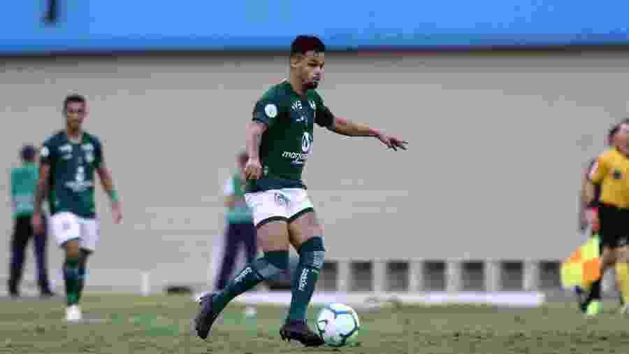 Michael, atacante do Goiás, durante partida contra o CSA, no último sábado - Heber Gomes/AGIF